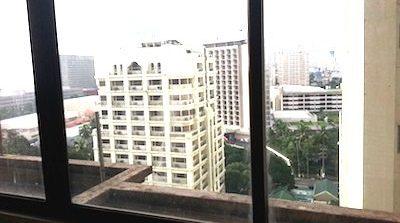フィリピンマニラ、ビトクルーズにある格安コンドミニアムの窓から見た景色