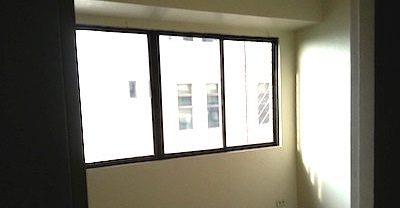 フィリピンマニラ、ビトクルーズにある格安コンドミニアムの窓