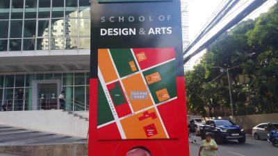 デ・ラ・サル=カレッジ・オブ・セント・ベニルド, スクール・オブ・デザイン・アンド・アーツの看板