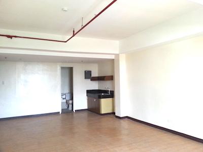 フィリピンのメトロマニラ、ケソンシティ、カティプナン通りにある格安コンドミニアムの部屋の中