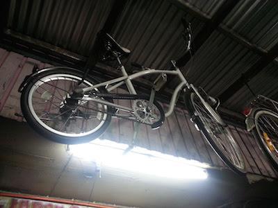 吊るされた中古自転車