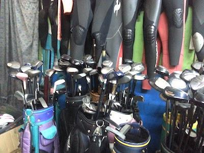 店内の中古ゴルフクラブとウエットスーツ