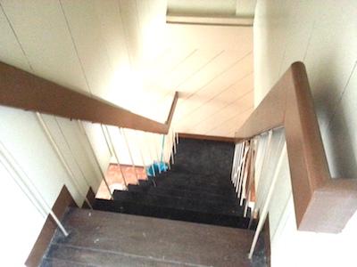 タウンハウスの2階から下を見た景色