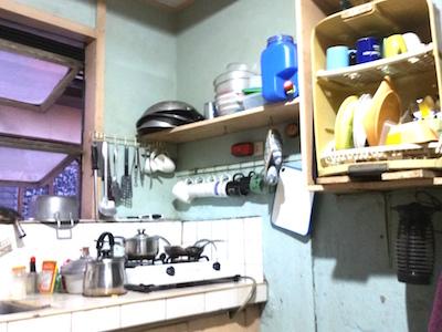 フィリピンのメトロマニラ、クバオのボーデイングハウスのキッチン。