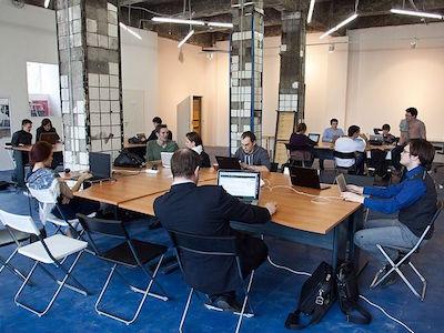 オープンスペースで仕事、勉強をする人々