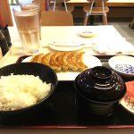 フィリピンではまだ2店舗しかない大阪王将マニラEDSA店で餃子を吟味する