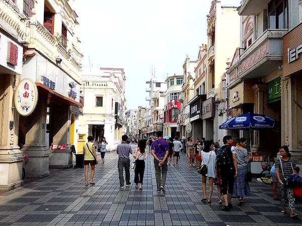 フィリピンの路地を歩く人