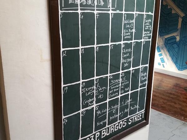 ローカルホステルのスケジュール板