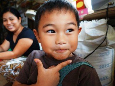 ポーズをきめるフィリピンの子ども
