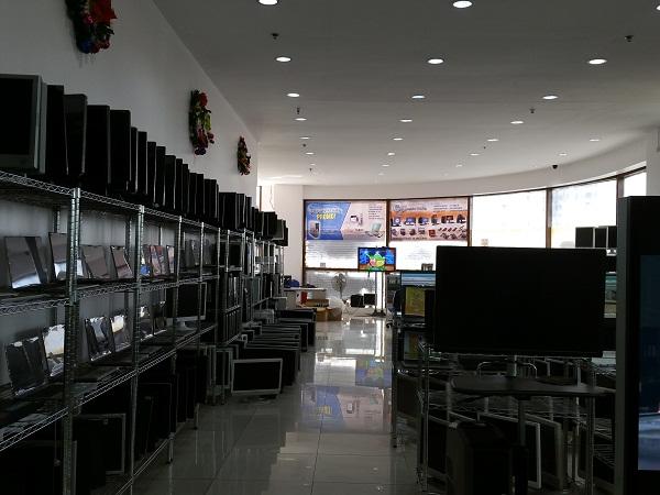 大量のノートパソコン