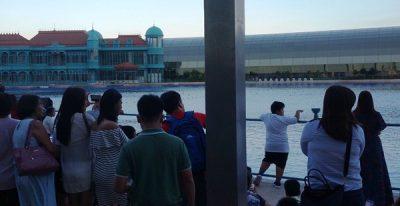 オカダマニラの噴水ショーを待つ人々