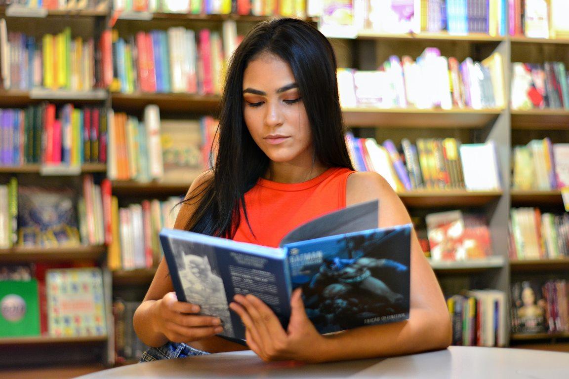 図書館で自己学習する英語教師
