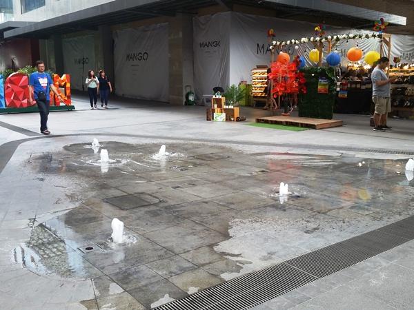 アヤラモール中庭の噴水
