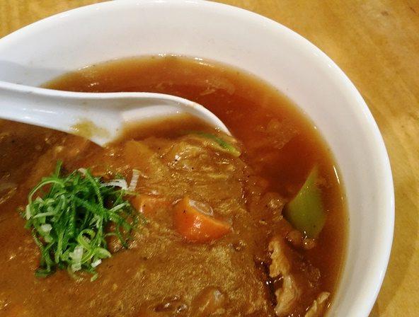 カレーラーメンの麺とスープ