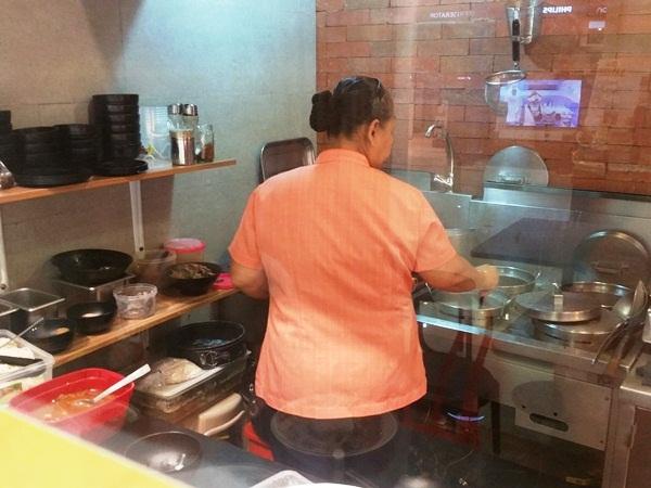 厨房で調理する人