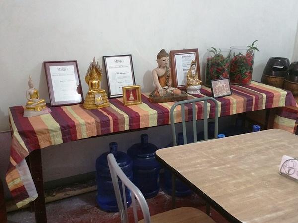 テーブルに置かれた仏像