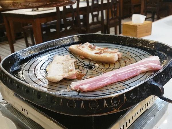 鉄板で焼かれているお肉