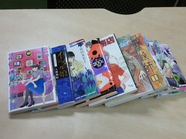 テーブルの上のコミック本