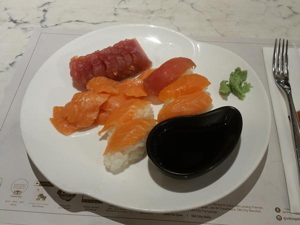 皿に盛られたお寿司