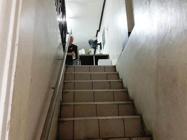 エースチャイニーズBBQの階段