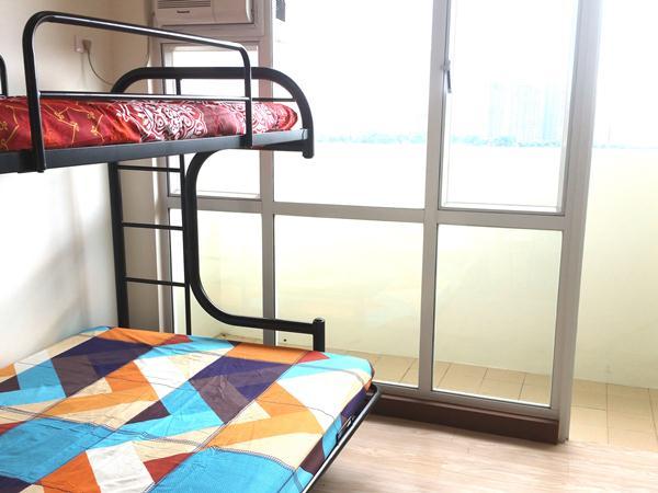 窓の側の2段ベッド