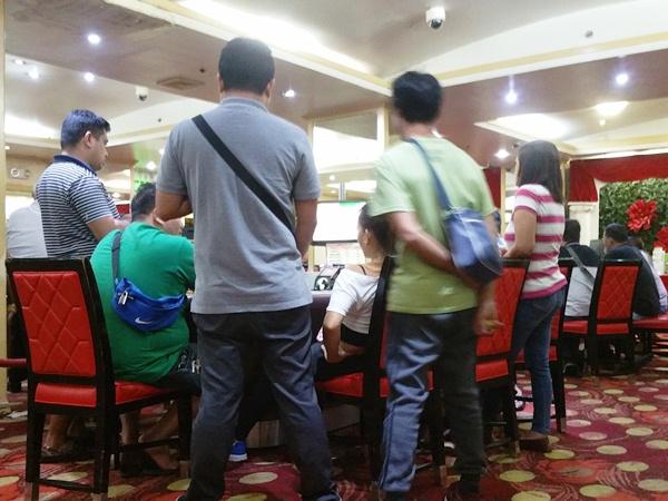 カジノでポーカーをする人々
