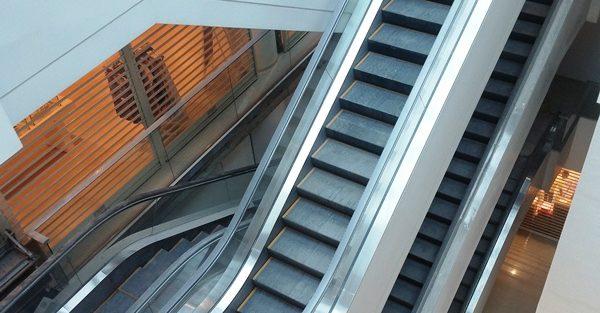 マニラ空港ターミナル3の4階フードホールのエスカレーター