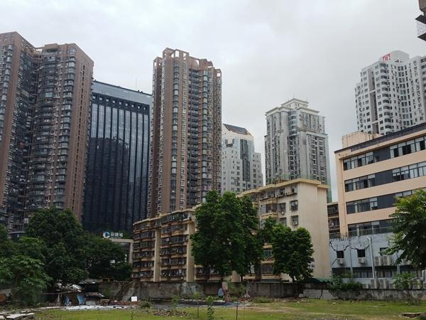 古いビルと近代ビル
