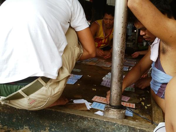 市場でギャンブルする人