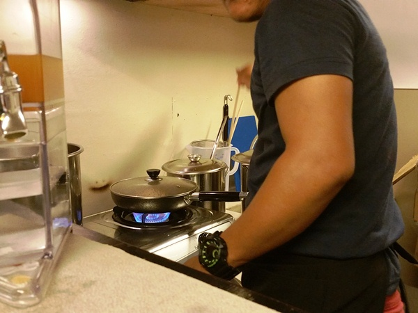 調理する人