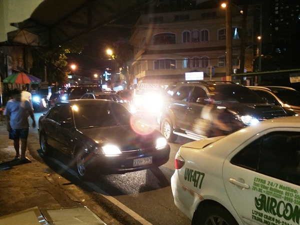 店の前の渋滞