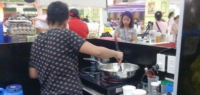 炒飯を調理する人