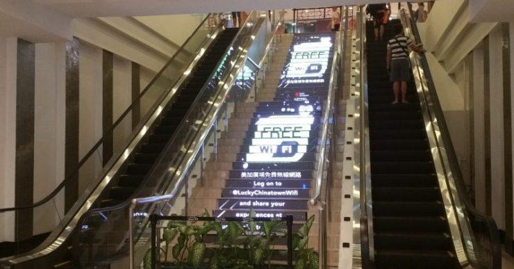 チャイナタウンウォークのエスカレーターと階段