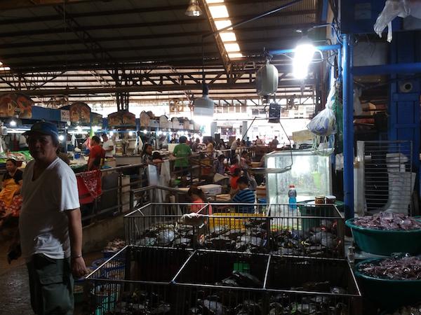 クバオマーケットの魚介類売場