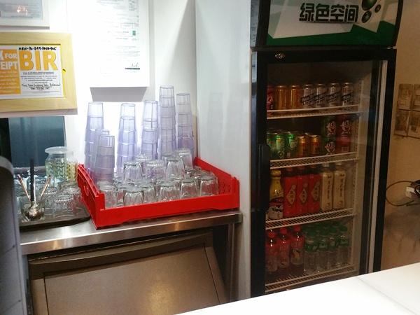 コップと冷蔵庫