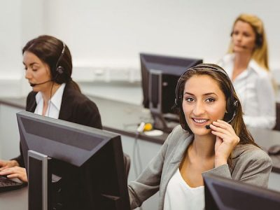 コールセンターで働く女性