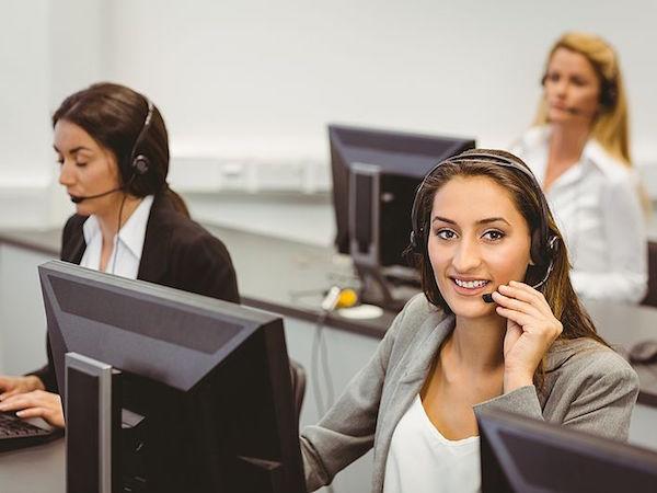 カメラ目線のコールセンターで働く女性