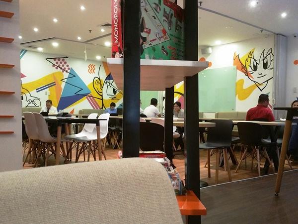 Y'Cafeでミーティングをする人