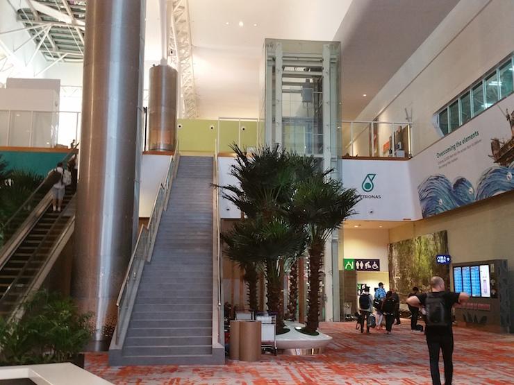 空港内階段