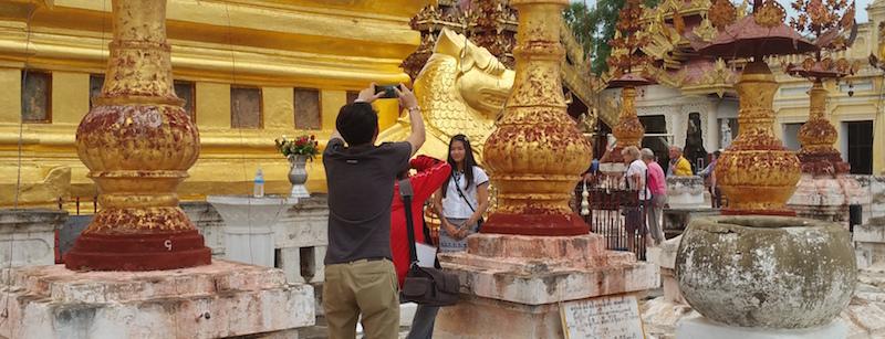 シュエズィーゴン・パゴダ仏塔で撮影する人
