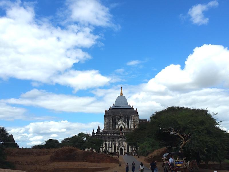 タビィニュ寺院外観