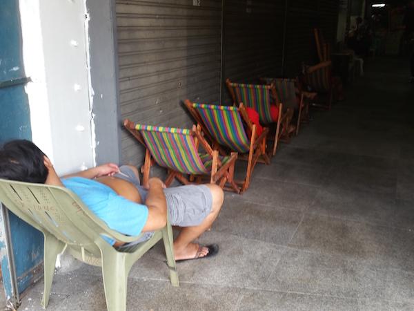 昼間から寝ている人