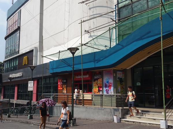 モールの外にあるマクドナルド