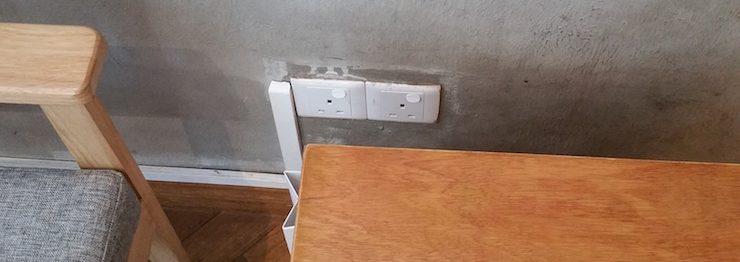 机の横の電源