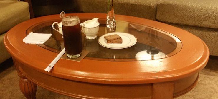テーブルの上のコーヒーとお菓子