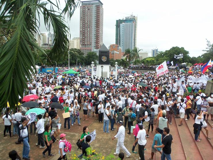 セブの広場に集まる人々