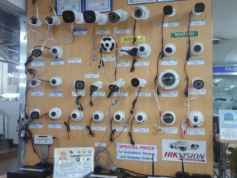 壁に設置された防犯カメラ群