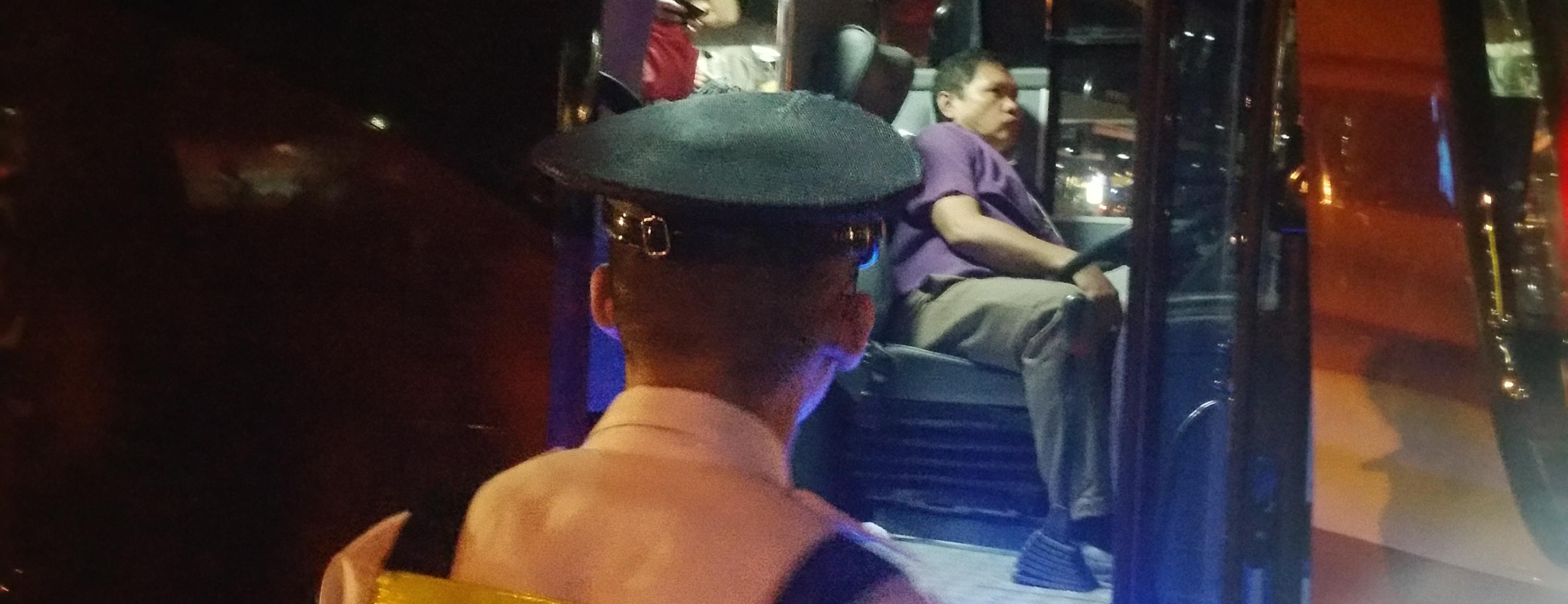 シャトルバスの警備員と運転手