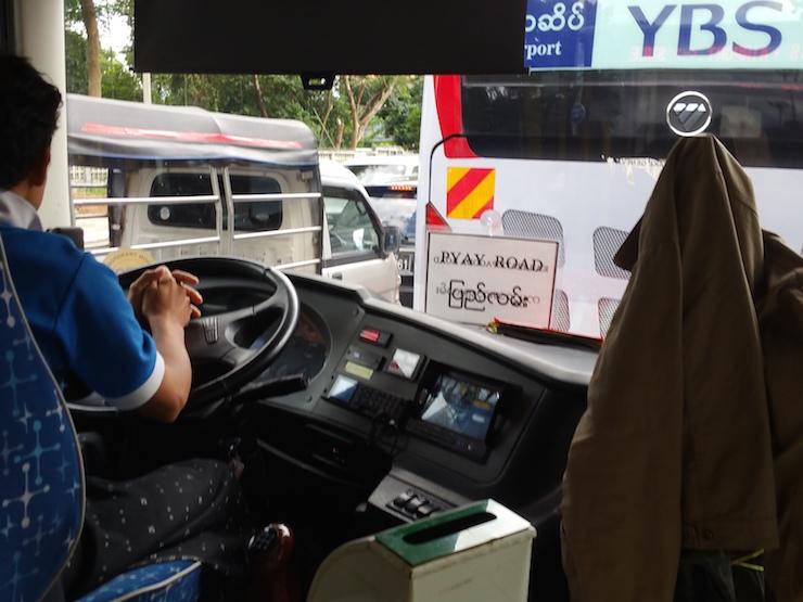 ヤンゴン空港バスの運転席