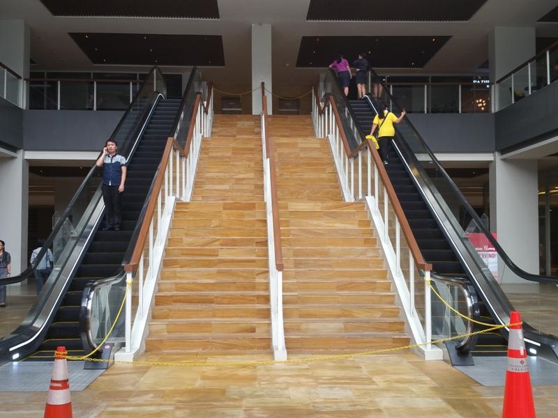 ロックェルビジネスセンター正面階段とエスカレーター